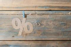 símbolo dos por cento no fundo de madeira Fotografia de Stock Royalty Free