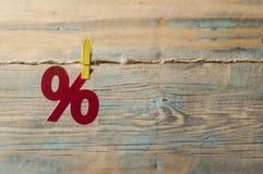 símbolo dos por cento no fundo de madeira Imagem de Stock