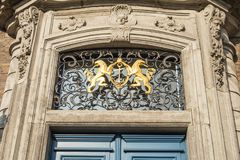 Símbolo dourado de dois leões com a âncora no en do Councilda cidade Imagem de Stock Royalty Free