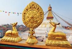 Símbolo dourado do brahma na frente do stupa de Bodhnath Imagens de Stock Royalty Free