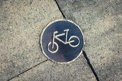 Símbolo em trajeto marcado da bicicleta do pavimento imagem de stock royalty free