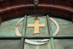 Símbolo en la puerta de la iglesia fotos de archivo