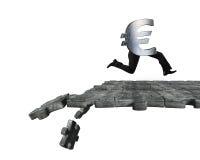 Símbolo euro con las piernas humanas que corren en la fractura de la tierra del rompecabezas Fotos de archivo