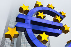 Símbolo euro en el Banco Central Europeo Foto de archivo