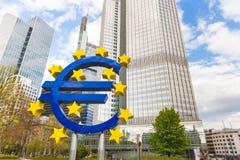 Símbolo euro en el distrito financiero de Francfort Fotografía de archivo