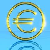 Símbolo euro metálico brillante de oro en un azul Imagen de archivo