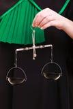 Símbolo femenino de la justicia de la escala de la tenencia de la mano. Concepto de la ley. Fotos de archivo libres de regalías