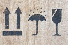 Símbolo frágil na madeira Imagens de Stock Royalty Free
