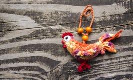 Símbolo 2017 - gallo hecho a mano del Año Nuevo en un fondo de madera Foto de archivo