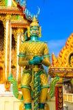 Símbolo gigante verde da parte dianteira estando da religião tailandesa do templo imagens de stock royalty free