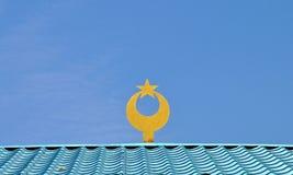Símbolo islámico en un tejado de la mezquita fotografía de archivo libre de regalías