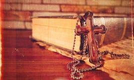 Símbolo Jesus Cross da religião da cristandade e Bíblia imagem de stock royalty free