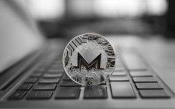 Símbolo no portátil, moeda financeira da moeda de Monero do conceito futuro, sinal de moeda cripto Mineração de Blockchain Dinhei fotos de stock royalty free