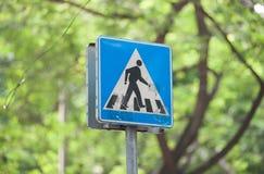 Símbolo o paso de peatones del tráfico Fotos de archivo