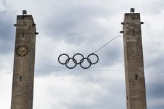 Símbolo olímpico de los anillos que cuelga sobre el estadio Olímpico en Berlín, Alemania Imagenes de archivo