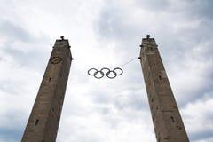 Símbolo olímpico de los anillos que cuelga sobre el estadio Olímpico en Berlín, Alemania Imagen de archivo