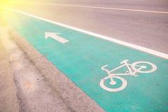 Símbolo para indicar a estrada para bicicletas compartilhe por favor da estrada para a bicicleta foto de stock
