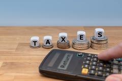 Símbolo para las declaraciones de impuestos cada vez mayores foto de archivo