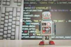 Símbolo para um chatbot ou um bot social e algoritmos, código do programa no fundo foto de stock