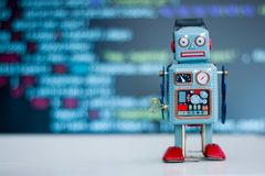 Símbolo para um chatbot ou um bot social e algoritmos, código do programa no fundo fotos de stock royalty free