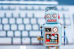 Símbolo para um chatbot ou um bot social e algoritmos, código do programa no fundo imagem de stock