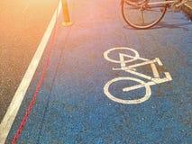 Símbolo que parquea de la bicicleta en el piso foto de archivo libre de regalías