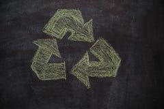 Símbolo reciclado no quadro preto foto de stock royalty free