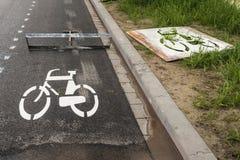 Símbolo recientemente puesto de la bicicleta en el asfalto Imagenes de archivo