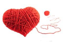 Símbolo rojo de la dimensión de una variable del corazón hecho de las lanas Fotografía de archivo