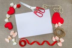 Símbolo rojo del corazón del día del ` s de la tarjeta del día de San Valentín, fondo romántico, diseñador Fotos de archivo