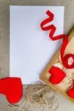 Símbolo rojo del corazón del día del ` s de la tarjeta del día de San Valentín, fondo romántico, diseñador Foto de archivo libre de regalías