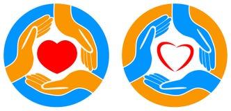 Símbolo rojo del corazón en llevar a cabo las manos Imagen de archivo