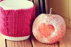 Símbolo romántico del corazón de la manzana el libro Foto de archivo libre de regalías