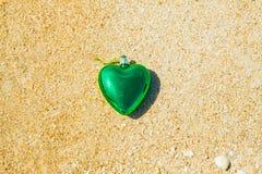 símbolo romántico del ornamento del corazón en la playa Foto de archivo