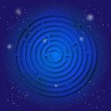 Símbolo sagrado del espiritual del laberinto en el cielo cósmico azul profundo Geometría sacra en universo Imágenes de archivo libres de regalías