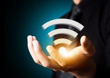 Símbolo social de la tecnología de red de Wifi en mano del hombre de negocios imagen de archivo