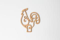 Símbolo 2017, un gallo de madera en un fondo blanco Imagen de archivo libre de regalías