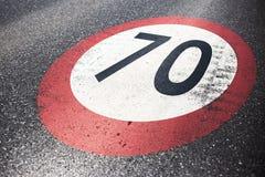 Símbolo urbano del camino en el asfalto mojado fotografía de archivo