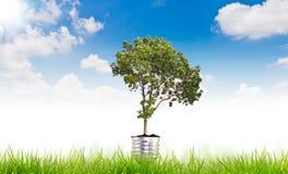 Símbolo verde de la energía sobre el cielo azul Imagenes de archivo