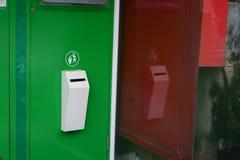 Símbolo verde y rojo de los compartimientos Imagenes de archivo