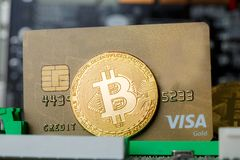 Símbolo virtual global do comércio eletrónico da moeda de Bitcoin imagens de stock royalty free