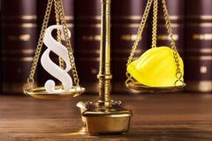 Símbolo y casco del párrafo en la justicia Scale fotografía de archivo libre de regalías