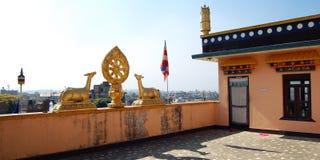 Símbolos budistas del templo tibetano: Dharma-rueda y ciervos Imagen de archivo