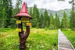 Símbolos da fuga de caminhada em montanhas altas dos tatras, Eslováquia fotos de stock royalty free