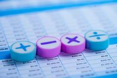 Símbolos da matemática no papel da planilha Conta bancária da finança, estatísticas, dados analíticos da pesquisa do invest imagem de stock
