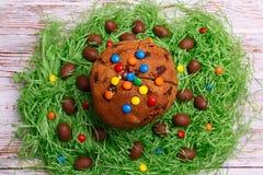Símbolos da Páscoa para a tabela de jantar da Páscoa da decoração e bolos tradicionais da Páscoa imagens de stock