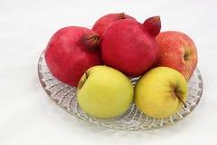 Símbolos das romã e das maçãs do ano novo & do x28 judaicos; Rosh tem Fotografia de Stock Royalty Free