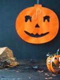 Símbolos de Dia das Bruxas no fundo escuro Fotografia de Stock Royalty Free
