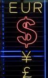 Símbolos de dinero en circulación de neón Imagenes de archivo