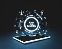 Símbolos de justiça Scales e do parágrafo na tabuleta Lei e justiça imagem de stock royalty free